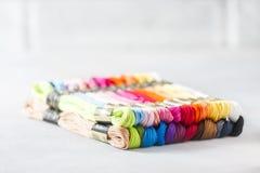 Hilados coloreados multi brillantes del hilo del bordado Fondo de costura del bordado hecho a mano Fotografía de archivo
