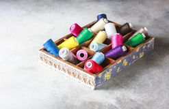 Hilados coloreados multi brillantes del hilo del bordado Fondo de costura del bordado hecho a mano Foto de archivo