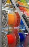 Hilados multicolores en la máquina de materia textil Foto de archivo