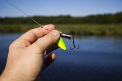 Hilandero con un gancho triple para pescar Fotos de archivo