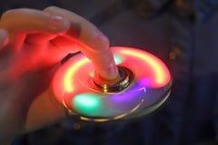 Hilandero luminoso de la persona agitada a disposición Primer de moda popular del juguete Fotografía de archivo
