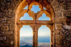 圣徒Hilarion城堡,女王/王后的窗口 凯里尼亚区,塞浦路斯 库存照片