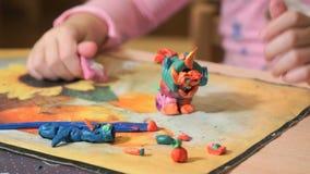 hild雕刻从做的图彩色塑泥 股票视频
