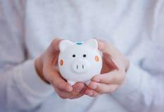 Hild крупного плана вручает держать денежный ящик или копилку Стоковые Фото
