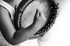hild avec le doira traditionnel d'instrument de musique d'Ouzbékistan Photographie stock