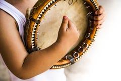 hild avec le doira traditionnel d'instrument de musique d'Ouzbékistan Photo libre de droits