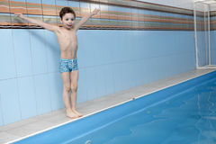 �hild jumping into swimming pool Royalty Free Stock Photos