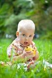 ?hild met peer op een gras Royalty-vrije Stock Afbeelding