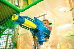 Hild spelen Ð ¡ in spelcentrum met zandstraler royalty-vrije stock afbeeldingen