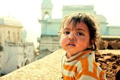 Сhild w przodzie dziejowi indyjscy budynki Zdjęcia Stock