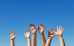 Hildren Hände oben angehoben Lizenzfreies Stockbild
