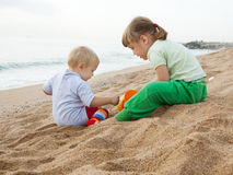 Hildren het spelen met op zee zand Royalty-vrije Stock Foto's