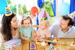 ? hildren i świętuje przyjęcia urodzinowego ich rodzice ma zabawę Fotografia Royalty Free