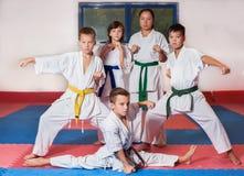 ? hildren visar kampsporter som tillsammans arbetar Royaltyfri Fotografi
