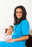 Hilfreiche Krankenschwestern mit Patienten Lizenzfreie Stockbilder