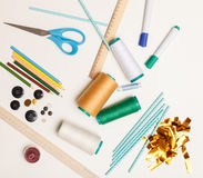 Hilfreiche Werkzeuge für das Entwerfen von Kleidung im Atelier Stockbild