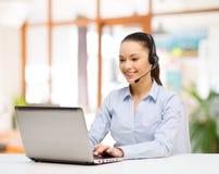 Hilfslinienbetreiber in der Kopfhörerfunktion im Büro stockfotos