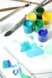 Hilfsmittel des Künstlers: Lacke, Pinsel und ein Papier lizenzfreies stockbild