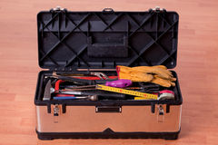 Hilfsmittel im Werkzeugkasten auf hölzernem Fußboden stockfoto