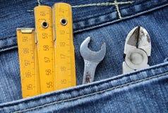 Hilfsmittel und Jeanstasche Stockbild