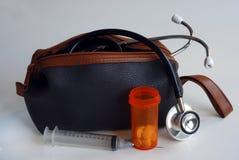 Hilfsmittel und Medizin im medizinischen Beutel stockbild