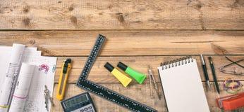 Hilfsmittel und Tablettecomputer Projektieren Sie Baupläne und Technikwerkzeuge auf hölzernem Schreibtisch, kopieren Raum Stockbilder