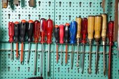 Hilfsmittelkabinett in einer Werkstatt Lizenzfreies Stockfoto