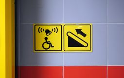 Hilfszeichen für eine Person in einem Rollstuhl Unterstützung in kletternder Treppe Ikone für Handikap stockbild