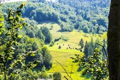 Hill και θυμωνιές χόρτου Στοκ φωτογραφία με δικαίωμα ελεύθερης χρήσης