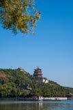 Hill μακροζωίας όχθεων της λίμνης Kunming θερινών παλατιών του Πεκίνου Στοκ Εικόνες