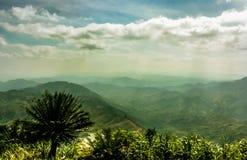 Hill με τα όμορφα σύννεφα στοκ φωτογραφίες