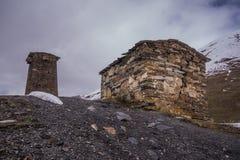 Hill με τον παλαιό αμυντικό πύργο στοκ εικόνα