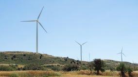 Hill με τους ανεμόμυλους στη Λάρνακα, Κύπρος Πόρος ανανεώσιμης ενέργειας της παραγωγής εναλλακτικής ενέργειας απόθεμα βίντεο