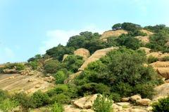 Hill με το τοπίο ουρανού του sittanavasal ναού σπηλιών σύνθετου στοκ εικόνα