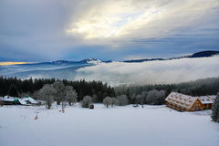 Hill, Arber (Γερμανία), Cloudes και δέντρα, χειμερινό τοπίο σε Šumava σε Železná Ruda, Τσεχία Στοκ Εικόνες