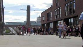 Οι άνθρωποι περπατούν στο Hill Peter's και τη γέφυρα για πεζούς χιλιετίας του Λονδίνου στο Λονδίνο, UK απόθεμα βίντεο