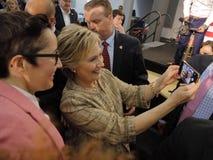 Hillary Clinton Campaigns pour la présidence à l'ange de visibilité directe d'université de commutateur Image stock