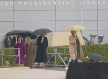 Hillary Clinton, D NY går på etapp med första Lady Laura Bush för U Hillary Clinton D NY går på etapp med U S Tidigare presidents Arkivbild