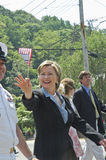 Hillary Clinton marcia e fluttua la bandierina Fotografia Stock Libera da Diritti