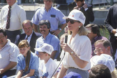 Hillary Rodham Clinton adressarbetare på en elektrisk station på den Buscapade aktionen 1992 turnerar i Waco, Texas Arkivfoto