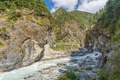 Hillary Suspension Bridge au-dessus de la rivière, région d'Everest, Népal Image stock