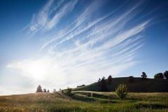 Hillfort av satrijaen i det Litauen landskapet med trevliga moln i himlen royaltyfri bild