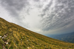 Hillside con il percorso di trekking al picco di Trem alla montagna di Suva Planina fotografia stock libera da diritti