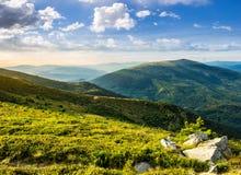 Hillside con le pietre in alte montagne ad alba Fotografia Stock