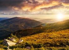 Hillside con le pietre in alte montagne al tramonto Immagine Stock Libera da Diritti