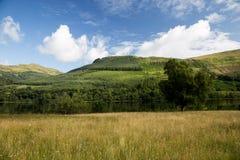Hillside des montagnes écossais et loch un jour d'été Photographie stock