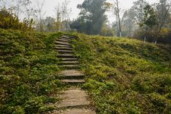 Hillside lapident l'escalier avant belvédère dans le matin ensoleillé d'hiver photos libres de droits