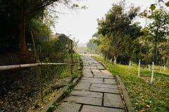 Hillside lapident le chemin avant le bâtiment traditionnel en hiver ensoleillé photo stock