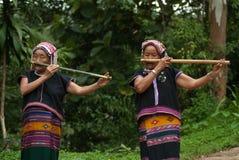 Hilltribe de Khmu que toca la flauta con la nariz. Fotos de archivo