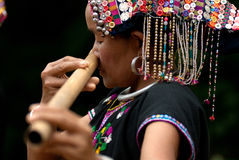 Hilltribe de Khmu que toca la flauta con la nariz. Imagenes de archivo